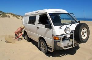 Mit dem Backpacker Van im Sand stecken geblieben