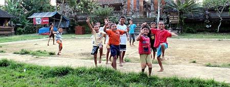 Spielende Kinder auf Bali - Weltreise Blog