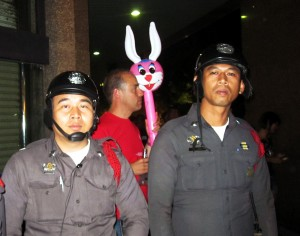 Mr. Rabbit und seine Fans in Bangkok