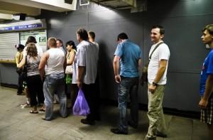 Schlangestehen in der Metro in Moskau